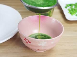 鲜嫩欲滴的黄金带子,和青翠绿意的青豆酱—春天并不遥远,过滤出渣,只留菠菜汁备用