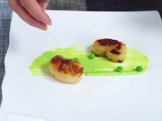 鲜嫩欲滴的黄金带子,和青翠绿意的青豆酱—春天并不遥远,一上一下放上带子后撒入青豆粒