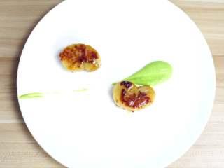 鲜嫩欲滴的黄金带子,和青翠绿意的青豆酱—春天并不遥远,在酱汁的一上一下错位放上煎好的带子