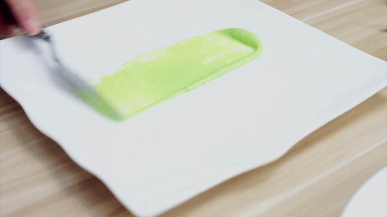 鲜嫩欲滴的黄金带子,和青翠绿意的青豆酱—春天并不遥远,这里多分享一种摆盘,方盘我们也可以直接用刮刀刮出一条画盘