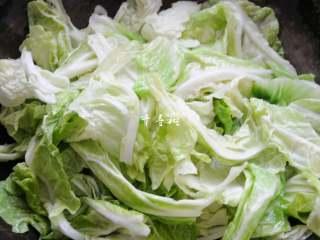 原香羊肉烩白菜 营养滋补美味家常菜 冬天御寒进补的首选,倒入已经清洗并且控水的白菜叶子,白菜帮子被做成了酸辣白菜,这里只留下了白菜叶子,用手撕成大片。
