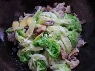 原香羊肉烩白菜 营养滋补美味家常菜 冬天御寒进补的首选,倒入炒软的白菜叶子,调入盐、生抽和蚝油,颠勺翻几次面。