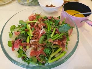 西洋菜柚子沙拉,食用前淋上蜂蜜芥末醬!