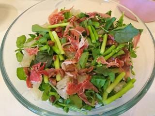 西洋菜柚子沙拉,所有材料放入沙拉盆