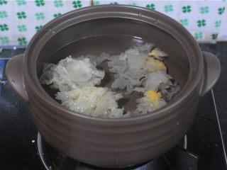 红薯糯米果子,银耳泡发后放入蒸笼下面的锅里,倒入大半锅水