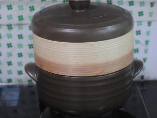 红薯糯米果子,将蒸笼放在上面,盖上盖子,大火开锅后再蒸十分钟