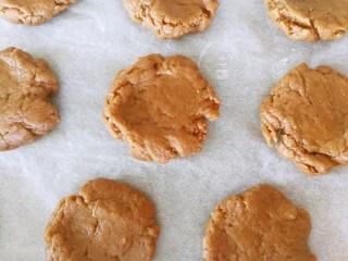 伪曲奇~巧克力棉花糖饼干,分成15克左右的小圆饼,放在烤盘上面,注意拉开间距,因为烤以后会蓬松变大,同时预热烤箱,185度上下火10分钟
