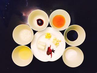 松仁啤酒鸭,准备好调味料,从左至右色拉油、冰糖、蚝油、黄酒、酱油、盐巴