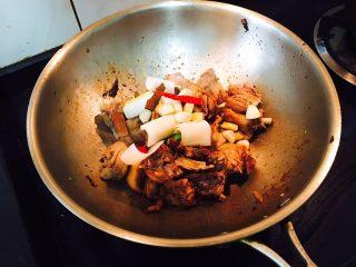 松仁啤酒鸭,倒出3/4鸭油,将香料放入炒制至葱姜蒜香出来