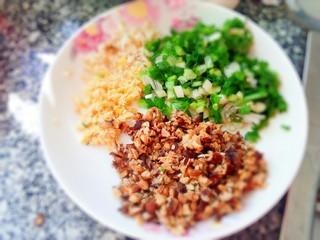香辣猪肉丸子,香菇剁碎葱姜蒜剁碎装盘备用