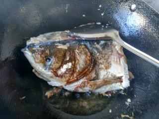 萝卜炖鱼头,两面煎黄,放料酒,醋。