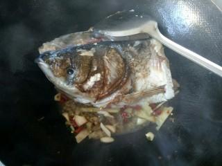 萝卜炖鱼头,放生姜,大蒜,辣椒,小米椒爆香。
