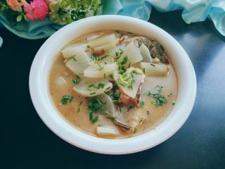 萝卜炖鱼头,出锅,撒上香葱,可以美美的享用了。