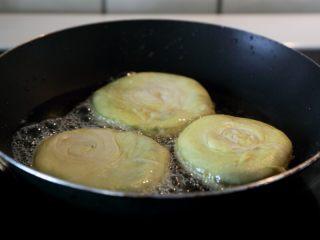 宫廷香酥牛肉饼,锅中多倒些油,烧热后下饼坯。