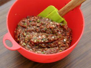 宫廷香酥牛肉饼,再加入切碎的大葱拌匀,最后根据馅料的湿度少许打些水,倒入花椒油和香油各10克拌匀,馅料就做好了。