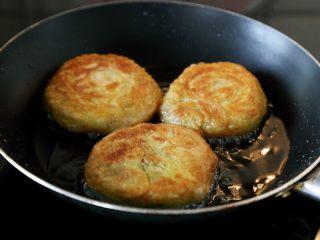 宫廷香酥牛肉饼,用中火煎到两面金黄即可。