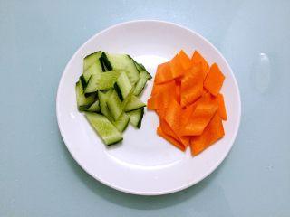 木须肉,胡萝卜、黄瓜洗净切成菱形片