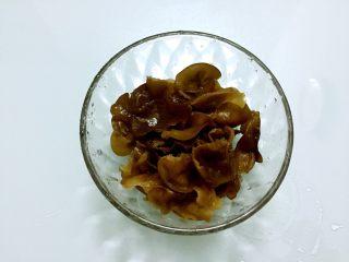 木须肉,泡发好的木耳洗净撕成小朵备用