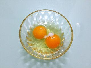 木须肉,鸡蛋加入少许盐