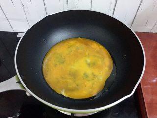 木须肉,倒入鸡蛋液