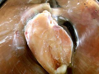 香煎奥尔良鸡胸肉,鸡胸肉洗干净备用