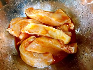 香煎奥尔良鸡胸肉,抓腌均匀
