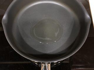 香煎奥尔良鸡胸肉,热锅以后倒入少量油