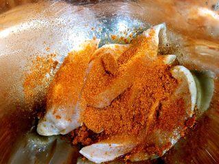 香煎奥尔良鸡胸肉,撒入15g奥尔良粉