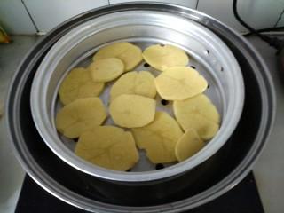 土豆藕饼,锅添水,放入土豆片