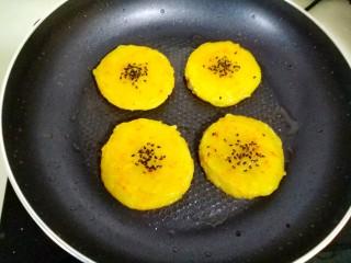 土豆藕饼,中小火,煎两面金黄即可