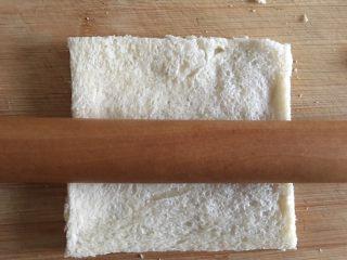 吐司苹果派,用擀面杖压扁