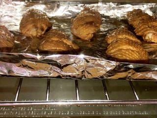 吮指烤鸡翅,在锡纸上刷一层油,均匀放入鸡翅。放入烤箱中层,上下火200度烤10分钟。10分钟后拿出来翻面,刷一层蜂蜜(这样上色更好),再中层上下火200度烤十分钟。
