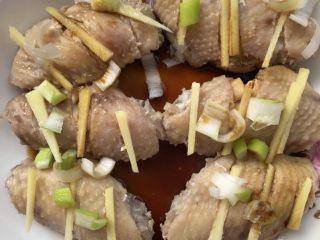 吮指烤鸡翅,加入葱姜蒜,料酒,酱油。