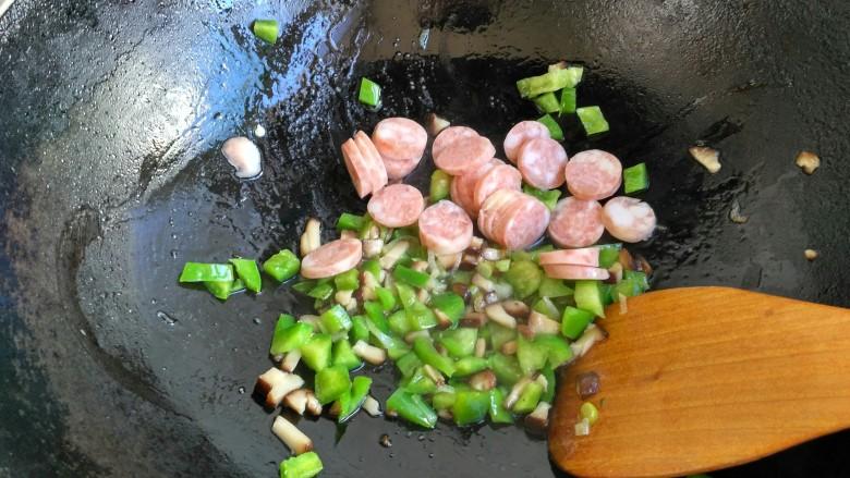 电饭煲+香肠焖饭(宝宝辅食),接着把香肠放入