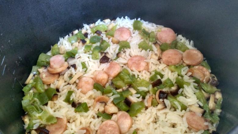电饭煲+香肠焖饭(宝宝辅食),焖熟后菜和米饭混合一起就可以吃了