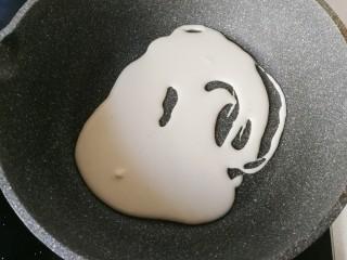 腊肉炒土豆饼,不粘锅用厨房纸巾先抹一层薄薄的食用油,然后用大勺舀入适量面糊放入锅中;