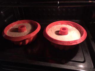 可可榛子萨瓦林蛋糕,放入预热好的烤箱,150度,中下层,60分钟。