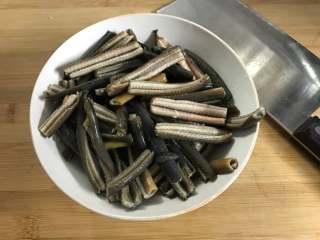家常鳝丝,鳝丝买回来后洗净,切成小段。