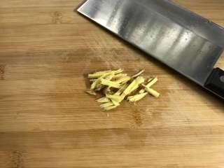 家常鳝丝,把老姜也切成丝。