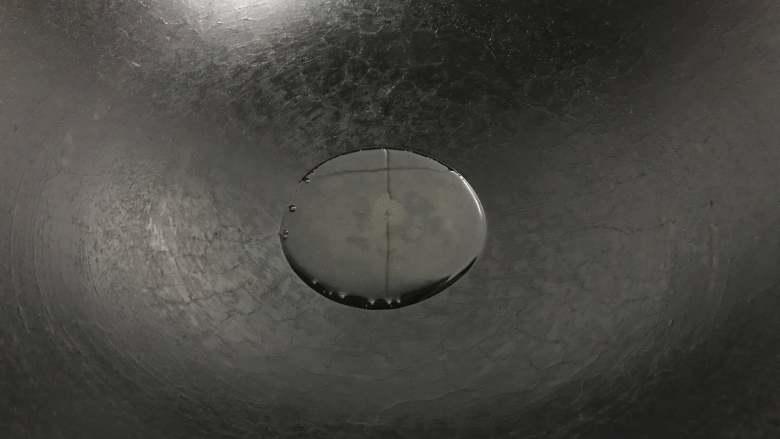 家常鳝丝,锅中放适量油。