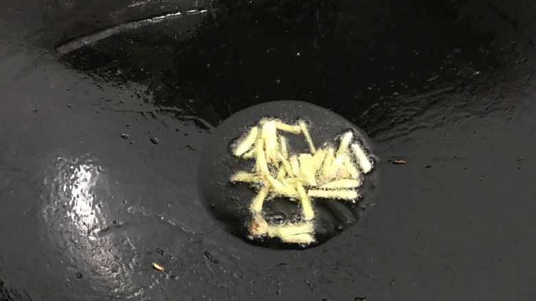 家常鳝丝,另起油锅,放入老姜爆香。