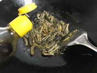 家常鳝丝,放入料酒,加入老抽和生抽翻拌均匀。