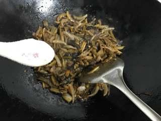 家常鳝丝,最后加适量糖调味。