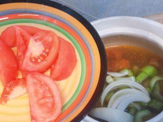 牛肉炖西红柿「高压锅加砂锅省时版」,然后把另外一个西红柿加进去,之前的俩个因为煮得比较久会进去汤里,这最后一个是就可以吃的。