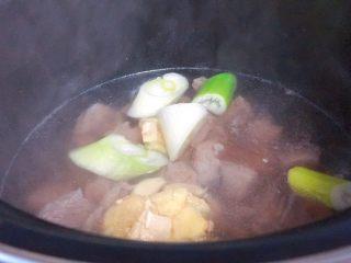 牛肉炖西红柿「高压锅加砂锅省时版」,把葱姜蒜放进去