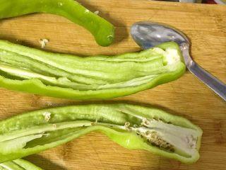 榛蘑炒辣椒,青辣椒中间刨开,用汤匙把中间的种子剥去。