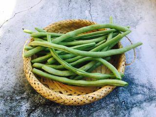 四季豆鲜虾意面,把四季豆的筋和老根去掉。