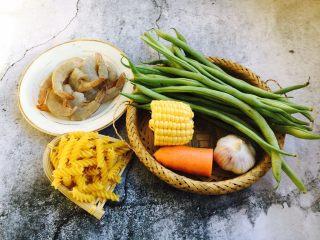 四季豆鲜虾意面,意面、四季豆、鲜虾、玉米、胡萝卜、蒜。
