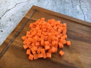四季豆鲜虾意面,胡萝卜切丁。 用淡盐水加点油,把胡萝卜丁焯一下水,断生即可。这步也可略去,直接炒也可以。