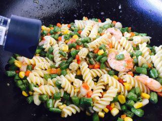 四季豆鲜虾意面,放入少许黑胡椒碎即可。